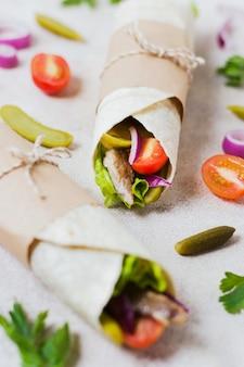 Sandwich kebab arabe enveloppé dans une fine pita