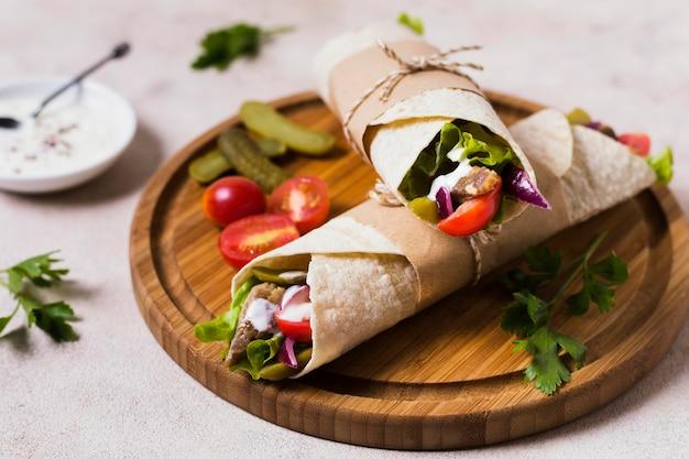 Sandwich kebab arabe sur planche de bois vue haute