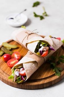 Sandwich kebab arabe sur planche de bois