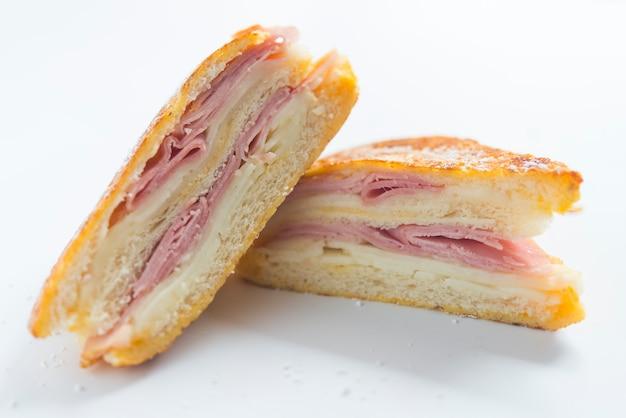 Sandwich monte cristo bouchent vue de face