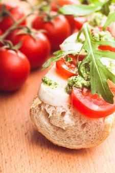 Sandwich avec mozzarella, tomate, roquette et pesto