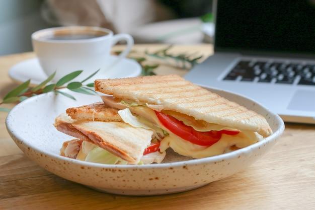 Sandwich à la mozzarella et à la tomate
