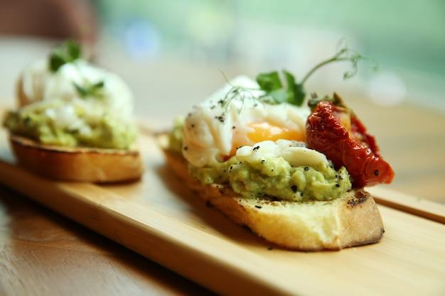 Sandwich à l'oeuf poché. petit déjeuner joliment décoré.