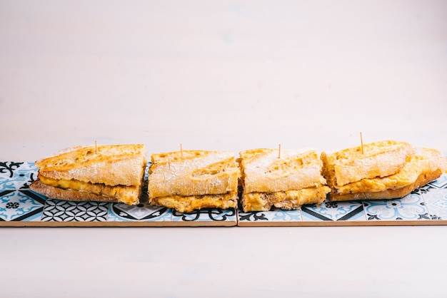 Sandwich à l'omelette de pommes de terre espagnole. restaurant espagnol classique traditionnel ou élément de menu de bar.