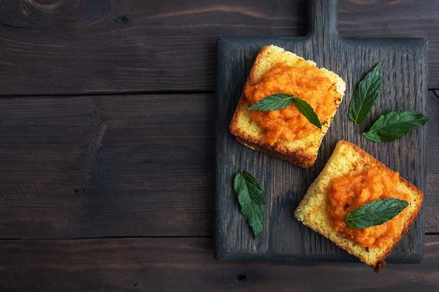 Sandwich avec pain grillé et caviar de courgettes.