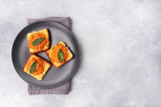 Sandwich avec pain grillé et caviar de courgettes