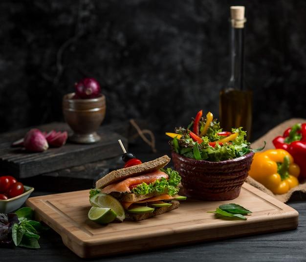 Sandwich de pain grillé fait maison avec des ingrédients mélangés entre les deux.