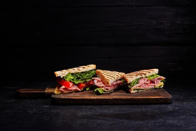 Sandwich pain tomate, laitue et fromage jaune