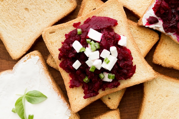 Sandwich plat aux betteraves et au fromage