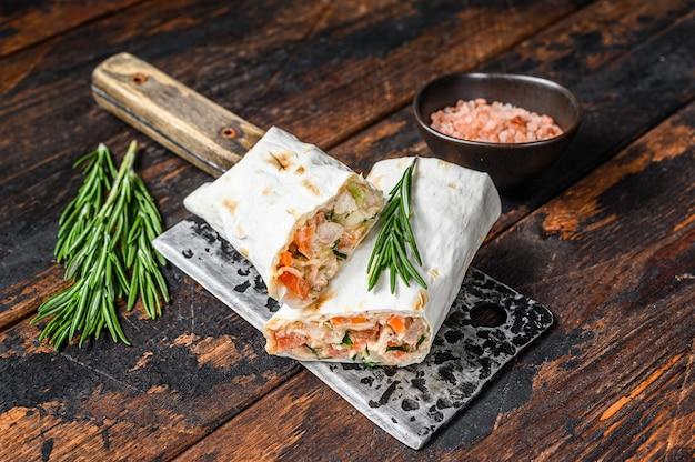 Sandwich roulé au shawarma dans un lavash avec fromage au poulet et champignons