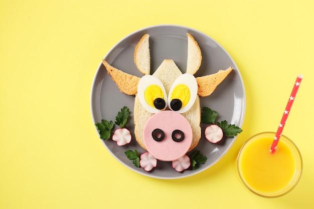 Sandwich avec saucisse et oeuf en forme de taureau drôle