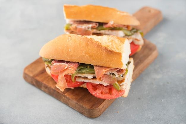 Sandwich serranito typique d'andalousie avec jambon, poivre gren et longe de porc grillée