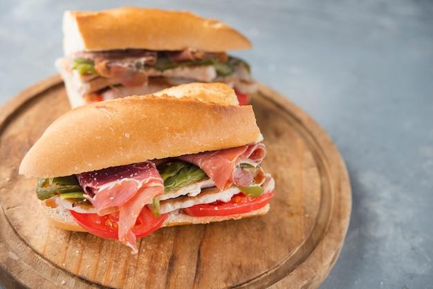 Sandwich serranito typique d'andalousie avec jambon, poivron gren et longe de porc grillée