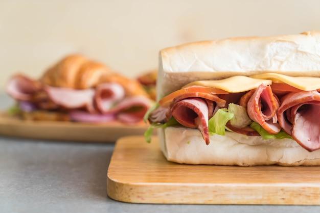 Sandwich sous-marin à jambon et salade