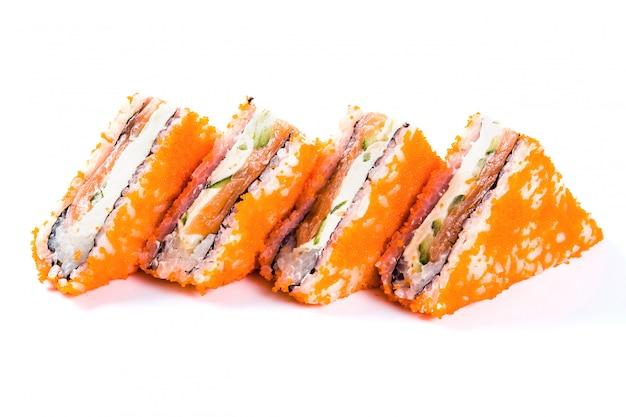 Sandwich à sushi sur fond blanc isolé. cuisine japonaise traditionnelle