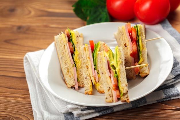 Sandwich sur une table en bois