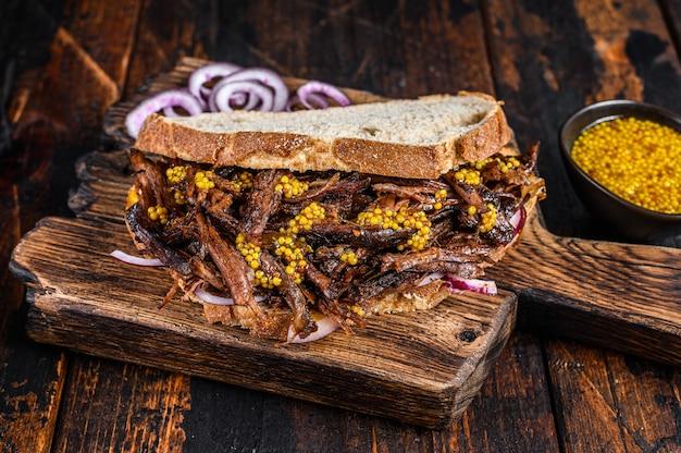 Sandwich texas bbq avec poitrine de bœuf rôtie lentement
