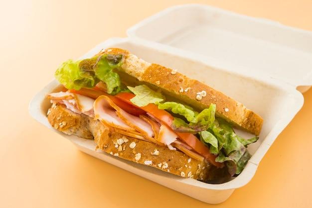 Sandwich de tomate, laitue et dinde fumée