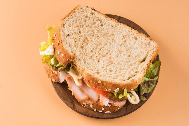 Sandwich à la tomate, laitue et dinde fumée