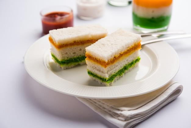 Sandwich tricolore tiranga avec chutney orange et vert image parfaite pour la salutation de la république indienne ou de la fête de l'indépendance
