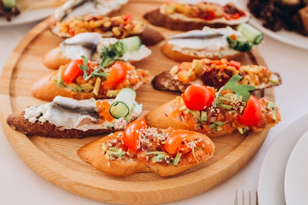 Sandwich à la truite, tomates cerises et laitue. assiette de collations.