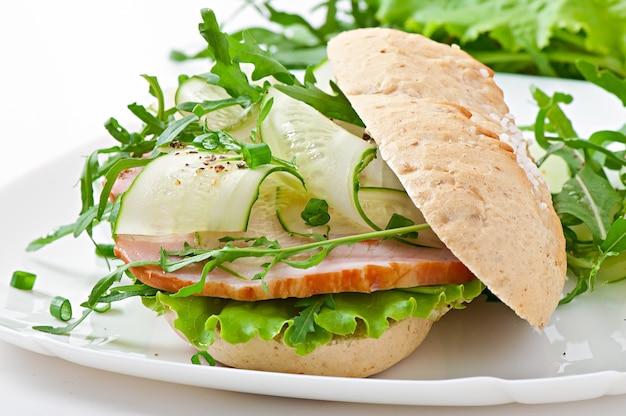 Sandwich utile au jambon et aux herbes