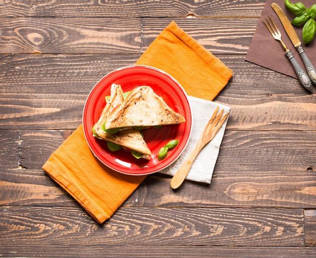 Sandwich vegan à grains entiers avec divers ingrédients pour un repas sain,