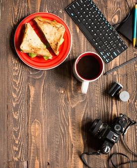 Sandwich végétarien aux grains entiers avec divers ingrédients pour un repas sain
