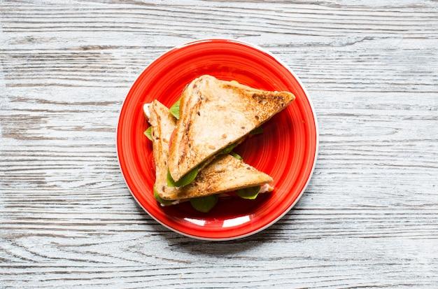 Sandwich végétarien aux grains entiers avec divers ingrédients pour des repas sains,