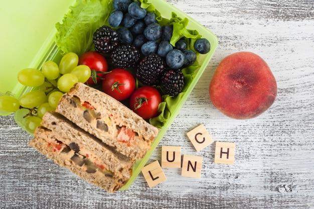 Sandwich végétarien et baies