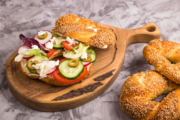 Un sandwich végétarien avec des légumes et du fromage dans un bagel