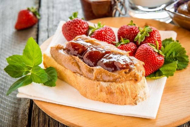 Sandwiches au beurre d'arachide, confiture et fruits frais