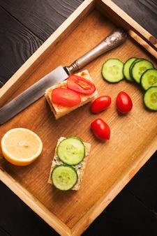 Sandwiches au beurre et légumes
