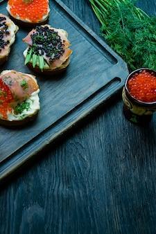 Sandwiches au caviar rouge et noir.
