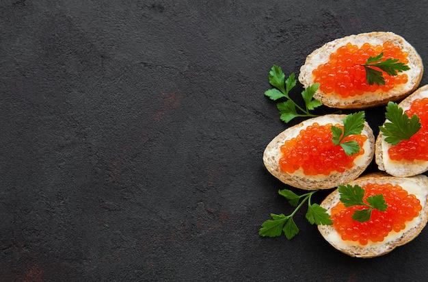 Sandwiches au caviar rouge