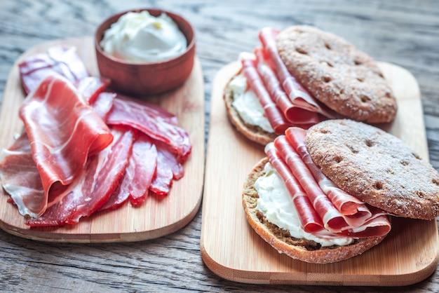 Sandwiches au fromage à la crème et au jamon