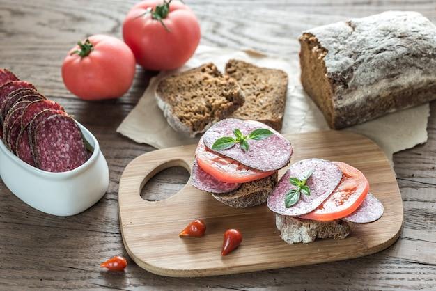 Sandwiches au salami et tomates
