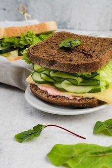 Sandwiches aux œufs et légumes verts