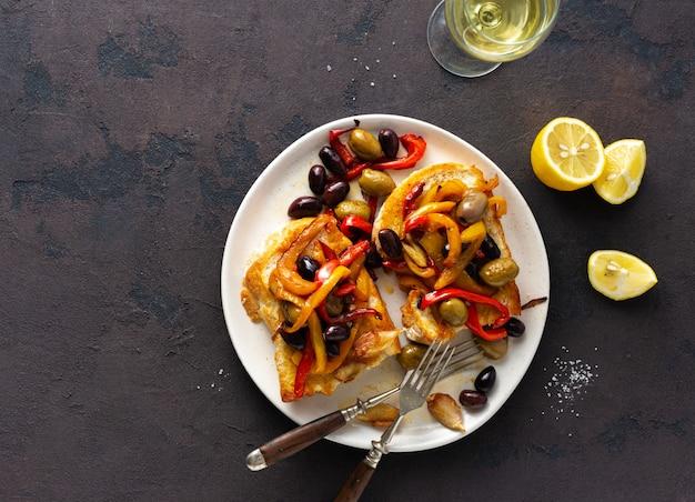 Sandwiches aux poivrons grillés, olives et ail
