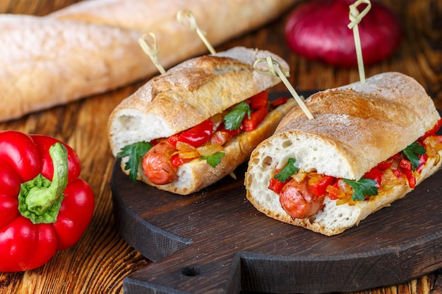 Sandwiches aux saucisses et poivrons