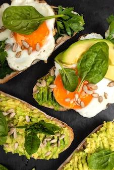 Sandwiches à l'avocat, aux épinards et aux œufs au plat