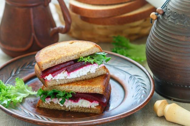 Sandwiches à la betterave, au feta et à la laitue
