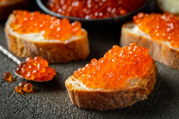 Sandwiches délicieux au caviar rouge.