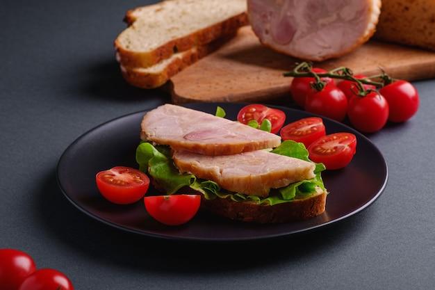Sandwiches à la dinde, salade verte et tomates cerises fraîches