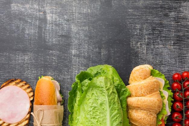 Sandwiches et ingrédients à plat