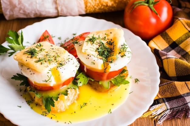 Sandwiches à l'œuf poché, à la tomate, au persil et au fromage