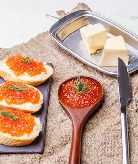 Sandwiches avec œufs rouges, cuillère