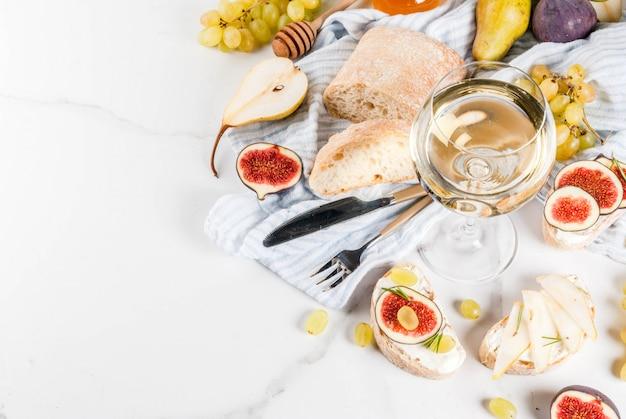 Sandwiches à la ricotta ou au fromage à la crème, ciabatta, fruits frais, noix et miel