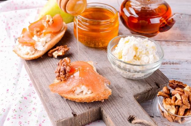 Sandwiches à la ricotta et à la confiture de poires