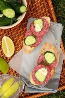 Sandwiches à la saucisse fumée et concombres salés faits maison dans le bol